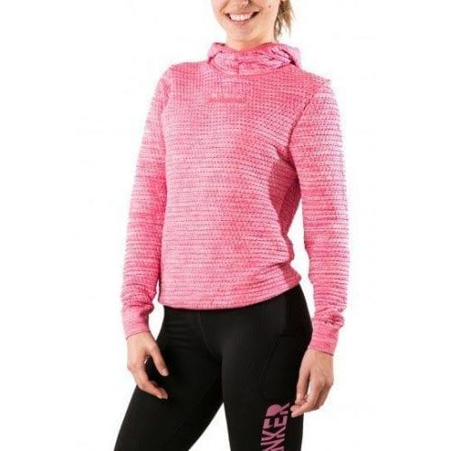 Sudadera Nadis Hanker Sports, practica running, trail, trekking, senderismo con ella. En la imagen se ve a una chica posando con una sudadera Nadis en color rosa y unas mallas Mantra Black line rosa.