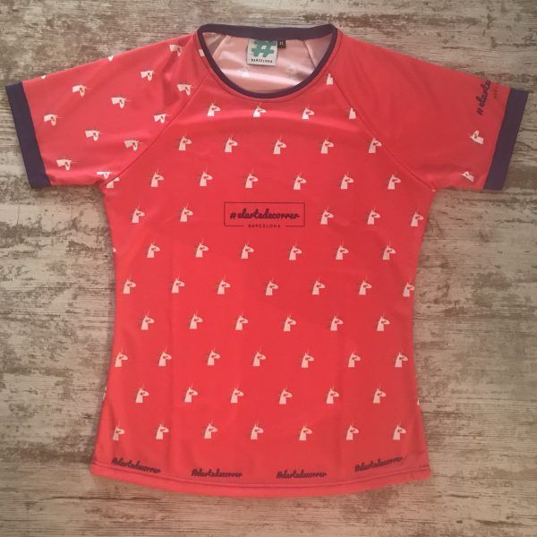 Camiseta manga corta con unicornios repetidos con detalles en azul marino de #elartedecorrer Barcelona