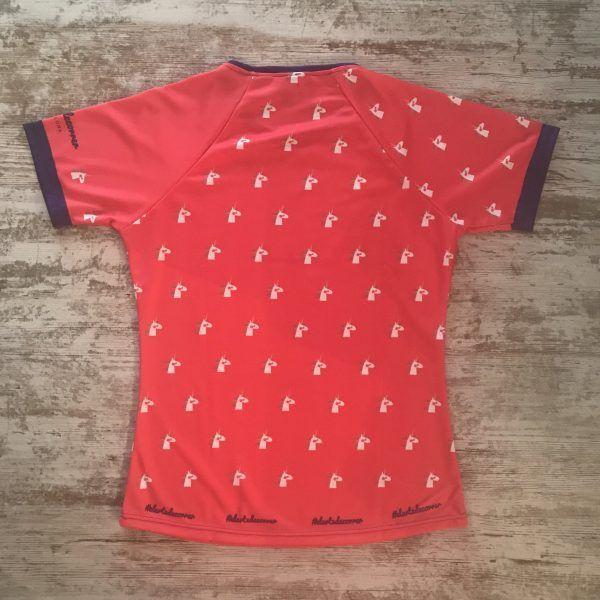 Camiseta manga corta con unicornios repetidos con detalles en azul marino parte posterior de la camiseta de #elartedecorrer Barcelona