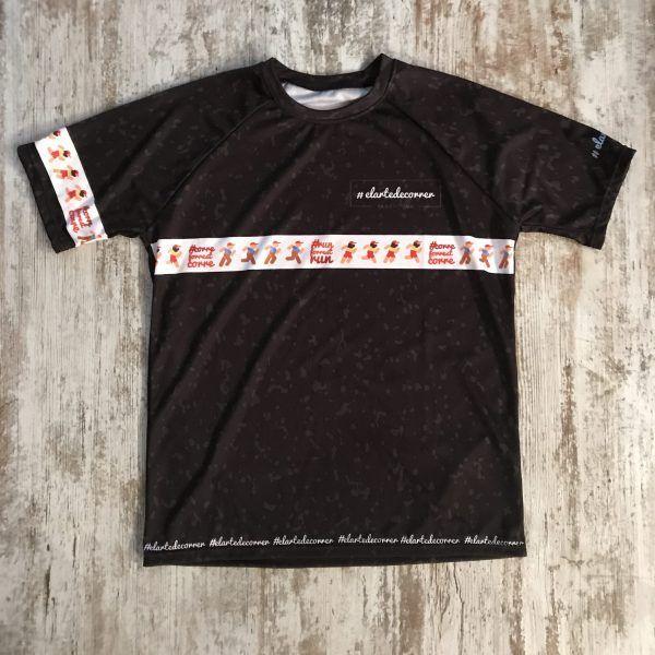 Camiseta técnica Forrest Gump color negro motado de fondo y con una línea donde se ve diferentes Forrest Gump corriendo con el hahstag #runForrestrun y #correForrestcorre