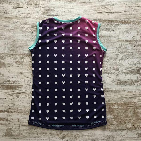 Camiseta tirantes original de gatos entallada para mujer con fondo lila y siluetas de gatos #CatLovers de #elartedecorrer - Barcelona. Parte posterior.