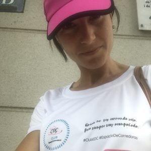 Mary González Reina con la gorra rosa de Espacio De Corredoras by #elartedecorrer