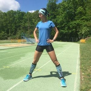 Mary González estirando en la pista de olot, Girona y probando las medias compresivas de #elartedecorrer.