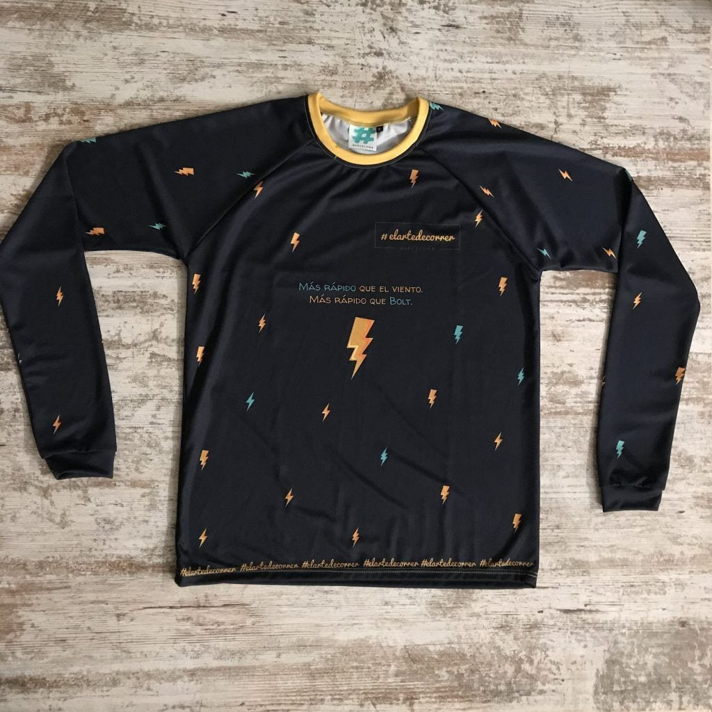 """Camiseta parte delantera """"Más rápido que el viento más rápido que Bolt"""" color azul oscuro con rayos de #elartedecorrer"""