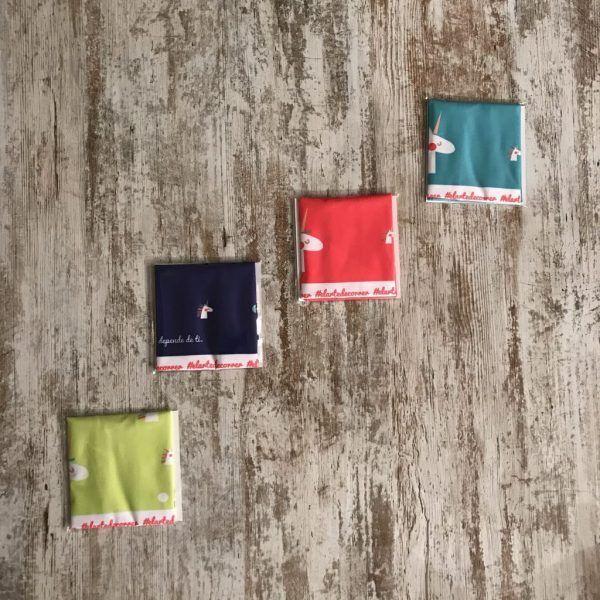 Tubular en su packaging unicornio en color rojo, amarillo, azul y turquesa. Amarillo en Catalán y azul en castellano.