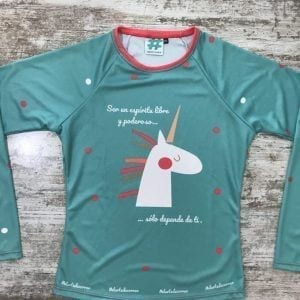 "Camiseta parte delantera ""Ser un espíritu libre y poderoso, sólo depende de ti"" color turquesa con unicornio de #elartedecorrer de cerca"