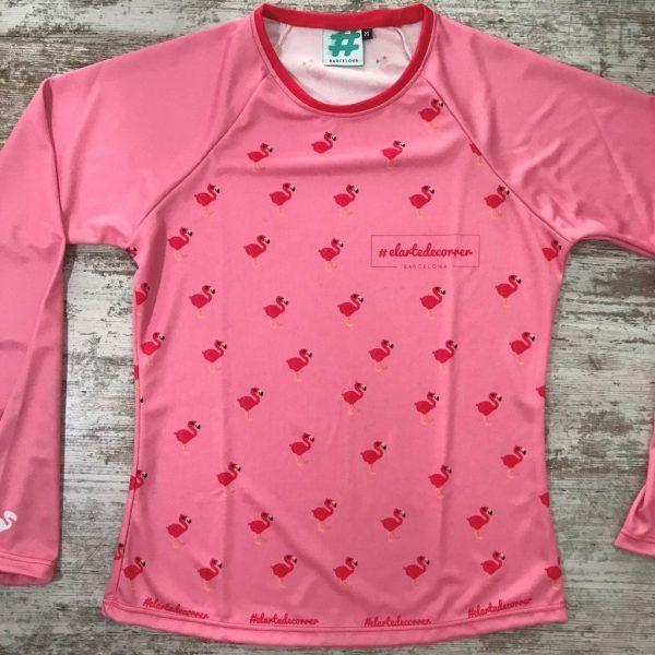Camiseta parte delantera flamenco rosa de #elartedecorrer. Se ven flamencos repetidos.
