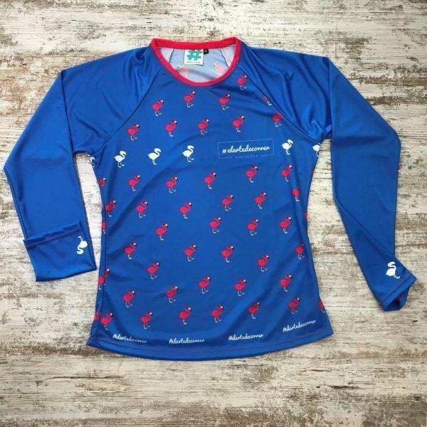 Camiseta parte delantera flamenco azul de #elartedecorrer. Se ven flamencos repetidos.