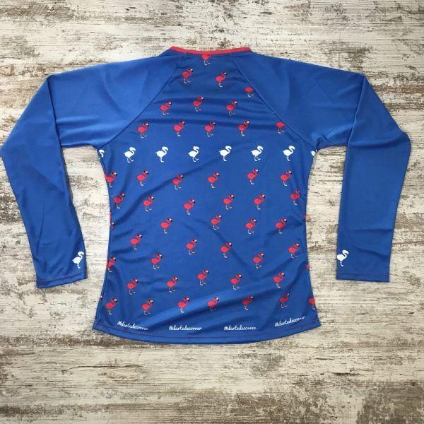 Camiseta parte posterior flamenco azul de #elartedecorrer. Se ven flamencos repetidos.