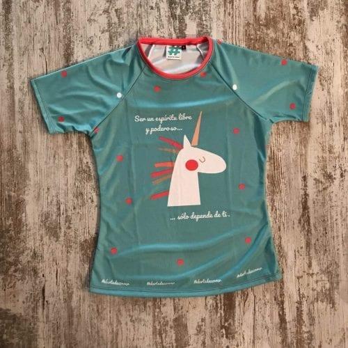 "Camiseta parte delantera ""Ser un espíritu libre y poderoso, sólo depende de ti"" color turquesa con unicornio de #elartedecorrer. Manga corta."