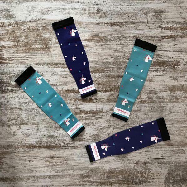 Manguitos técnicos colección unicornio de #elartedecorrer. Aparecen los dos colores disponibles fondo azul oscuro y turquesa.