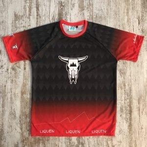 Camiseta del grupo Liquen por delante. Se ve el degradado y la cabeza de vaca en el pecho, en negro y rojo.
