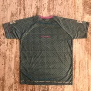 Camiseta técnica unisex turquesa con las racholas de barcelona. Parte posterior donde indica #Barcelona.