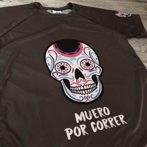 """Camiseta manga corta unisex calaveras mexicanas con la frase delante """"Muero por correr"""", imagen de cerca"""