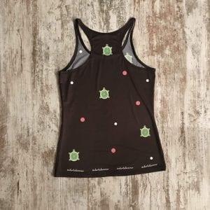Camiseta tirantes oscura tirante nadador calidad premium con tortugas y topitos de color rosa y blanco. Parte posterior.
