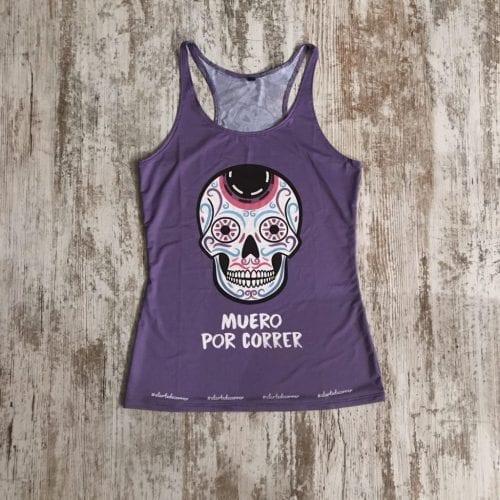 Camiseta tirantes calidad premium #elartedecorrer, color lila de fondo y tirante nadador.