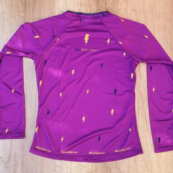 "Camiseta Manga Larga mujer Rayo por detrás, fondo lila y rayos color azul y amarillo. Frase ""Soy #RayoBolt"""