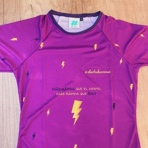 Camiseta Manga Larga mujer Rayo por delante, fondo lila y rayos color azul y amarillo. Zoom.