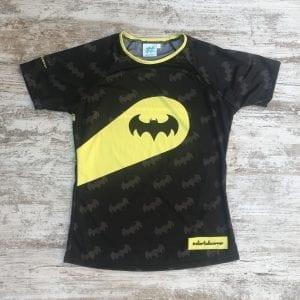 Camiseta de mujer batman negra con logos por toda la camiseta y el foco de batman