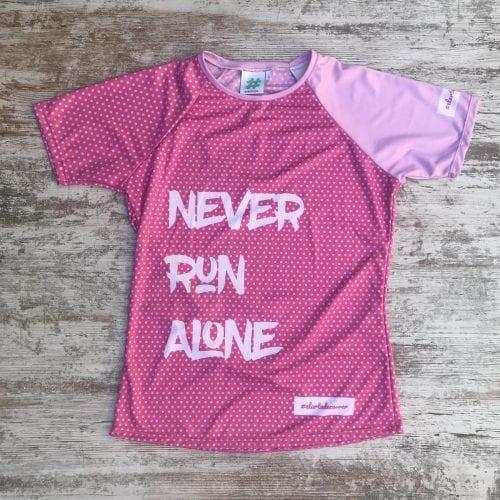 Never Run Alone camiseta con el mensaje de equipo, color rosa con topos en rosa y letras en blanco