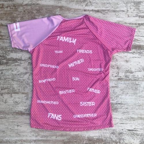 Family, son, mother... camiseta con el mensaje de equipo, color rosa con topos en rosa y letras en blanco parte posterior