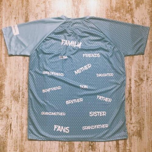 Family, son, mother... camiseta con el mensaje de equipo, color azul cielo con topos en azul y letras en blanco parte posterior