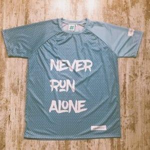 Never Run Alone camiseta con el mensaje de equipo, color azul cielo con topos en azul y letras en blanco