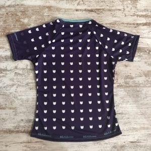 Camiseta divertida de gatos entallada para mujer con fondo lila y siluetas de gatos #CatLovers de #elartedecorrer - Barcelona. Se visualiza la parte posterior de la camiseta.