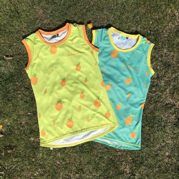 Camiseta Original de tirantes de piñas con fondo turquesa y amarillo, unisex de #elartedecorrer - Barcelona.
