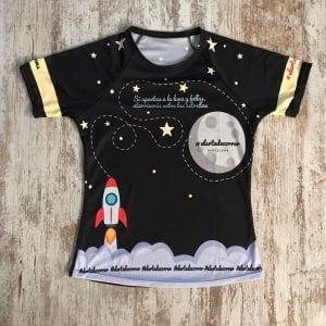 Camiseta con cohete que dispara a la luna y aterriza entre las estrellas.