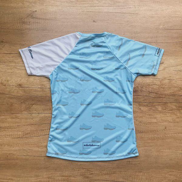 Camiseta técnica Estado Civil Runner, color azul. Parte trasera. Se casan un para de zapatillas de running.