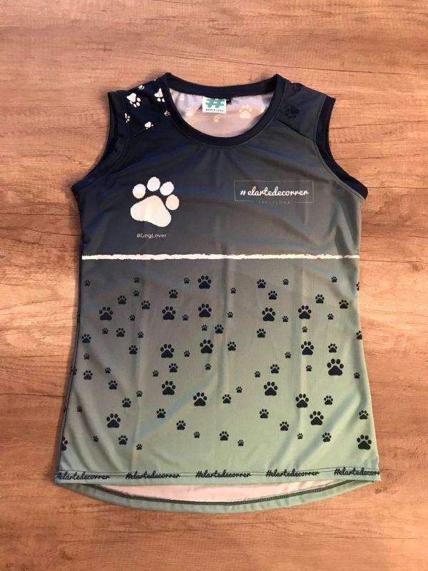 Camiseta de tirantes huella perruna mujer y unisex. Tiene un degradado de azul oscuro a verde con huellas de perro en blanco y azul.