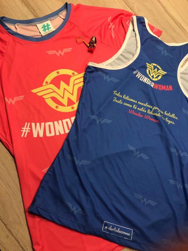 Camiseta tirantes azul y camiseta técnica manga corta roja de la colección Wonder Woman