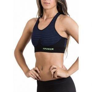 Chica luciendo el top Cane de Hanker Sports color azul oscuro