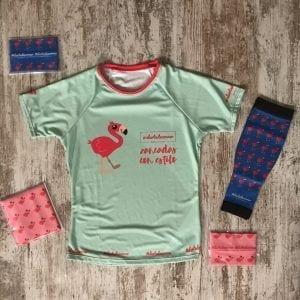 Imagen donde aparece el kid completo de flamencos: tubular y medias compresivas en color azul, diadema y tubular en rosa.