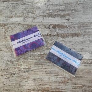 Diadema o cinta de pelo de calaveras repetidas en color gris y lila de #elartedecorrer