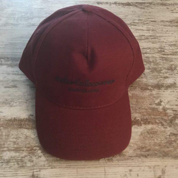 Gorra de vestir bordada de #elartedecorrer: granate y logo gris