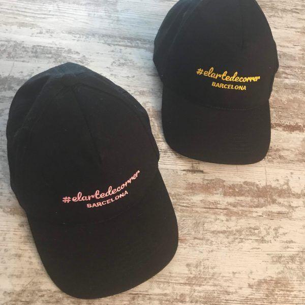 Gorra de vestir bordada de #elartedecorrer: negra y logo rosa y amarillo
