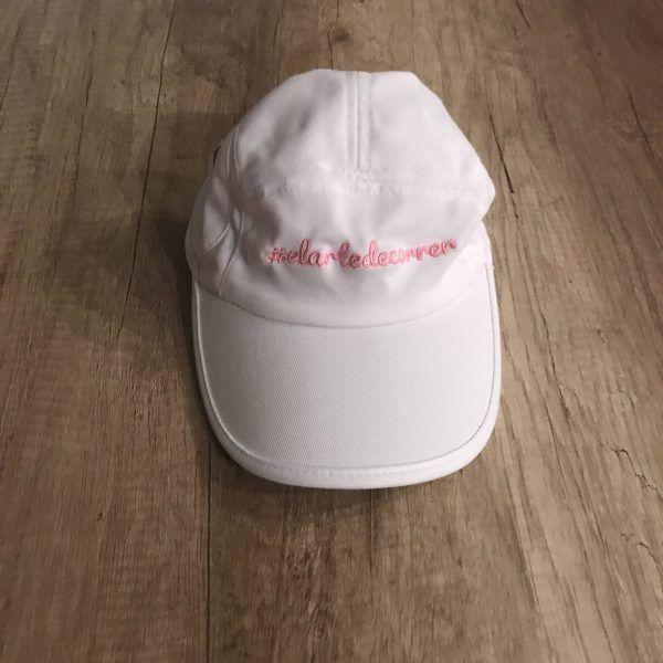 Gorra técnica blanca con logo de #elartedecorrer bordado en rosa