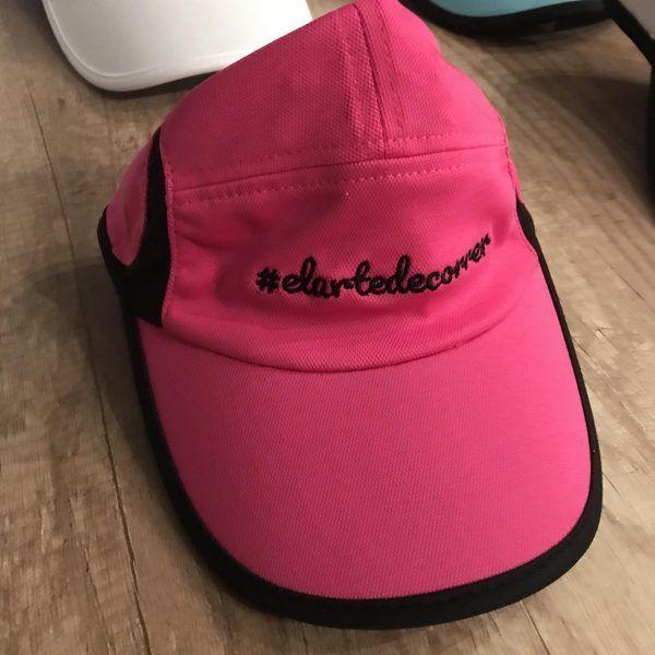 Gorra técnica rosa con logo de #elartedecorrer bordado en negro