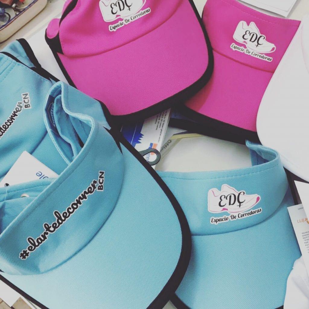 Gorra para correr en rosa, blanco y azul cielo.