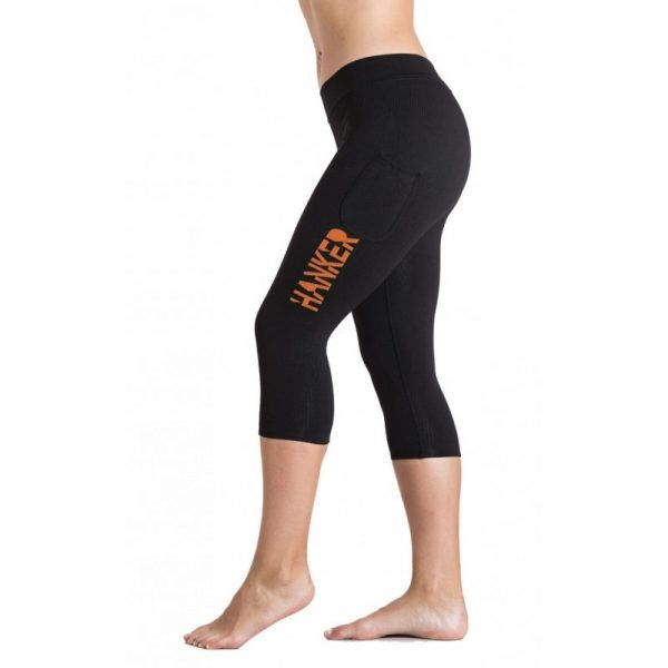 Malla pirata negra con el logotipo Hanker-Sports en naranja en el lateral de la pierna