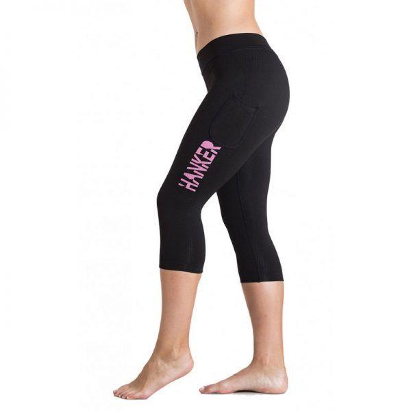 Malla pirata negra con el logotipo Hanker-Sports en rosa en el lateral de la pierna