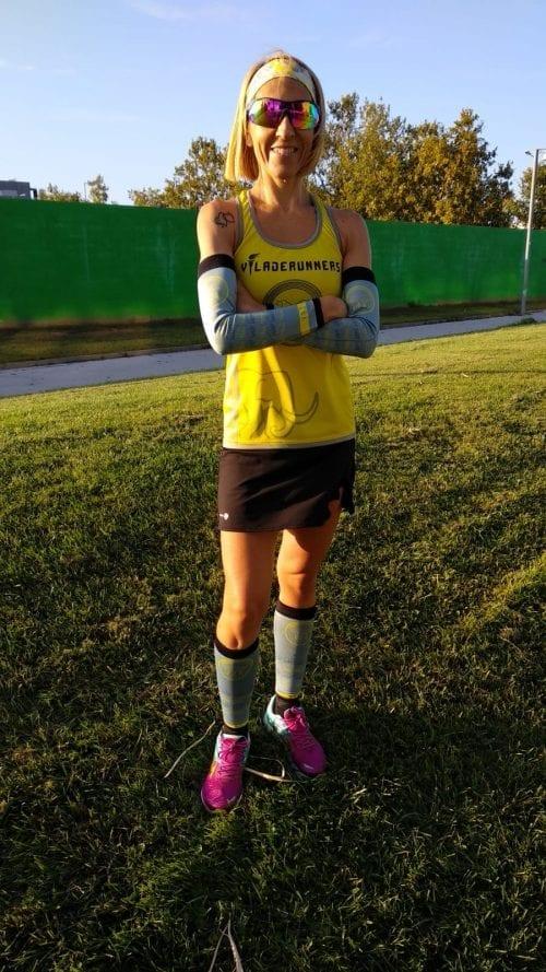 Raquel corredora de Viladerunners posando con los manguitos técnicos y medias compresivas de #elartedecorrer