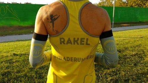 Raquel corredora de Viladerunners de espalda mostrando los manguitos técnicos de #elartedecorrer