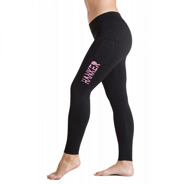 Malla larga negra con el logotipo Hanker-Sports en rosa en el lateral de la pierna