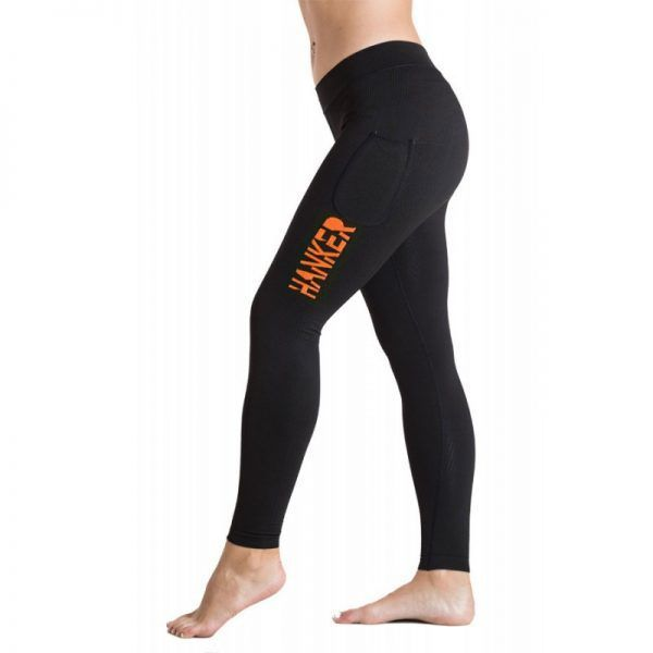 Malla larga negra con el logotipo Hanker-Sports en naranja en el lateral de la pierna