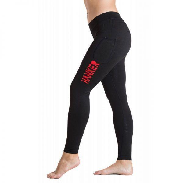 Malla larga negra con el logotipo Hanker-Sports en rojo en el lateral de la pierna