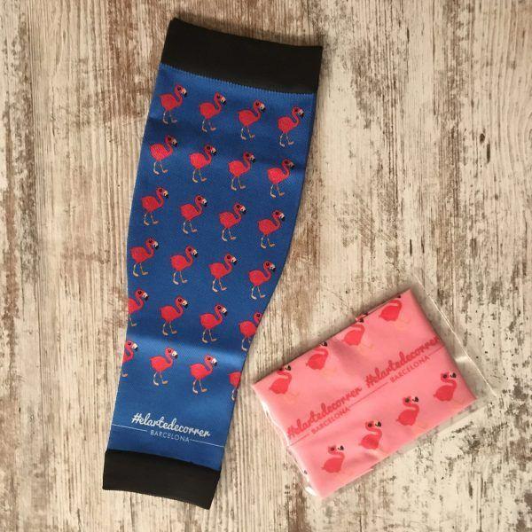 Imagen de las medias compresivas flamenco en color azul marino de fondo y los flamencos rosas. Al lado, diadema rosa con flamencos rojos.