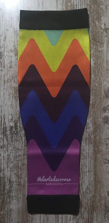 Medias compresivas para correr colección arcoíris. Se visualiza el modelo de medias triangulares de diferentes colores.